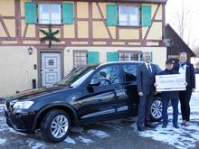 Glücksgöttin Fortuna bescherte Ravensburger Gewinnsparer einen Hauptgewinn. Berthold Hirschmann, Direktor Privatkunden der Volksbank Ravensburg, Niederlassung der Volksbank Ulm-Biberach eG, sowie Kundenberaterin Andrea Kempter freuen sich gemeinsam mit dem Gewinner über den Auto-Gewinn im Wert von rund 52.000 Euro.