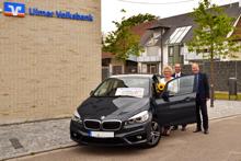 VR-GewinnSparen: Volksbank-Kundin nimmt Auto in Empfang